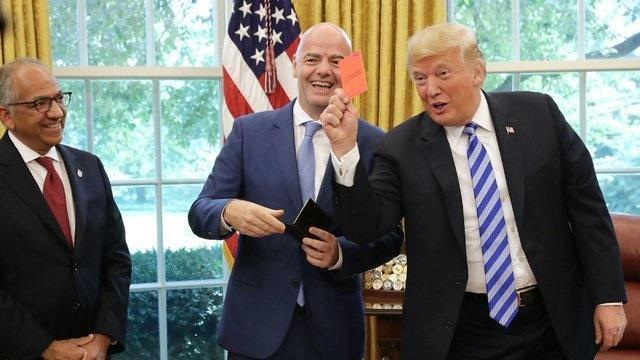 ترامپ در حضور رئیس فیفا به خبرنگاران کارت قرمز نشان داد