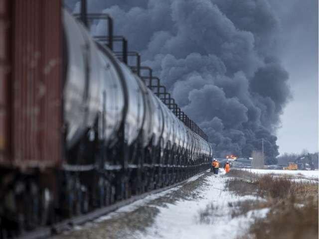 انفجار قطار حامل نفت در کانادا ، قطار 104 واگن داشت ، 12 واگن تا چندین ساعت بعد از انفجار همچنان مشتعل بود ، سانحه تلفات جانی نداشته