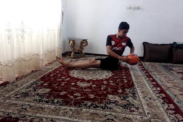 مربی تیم ملی از خانه شاگردانش را تمرین می دهد