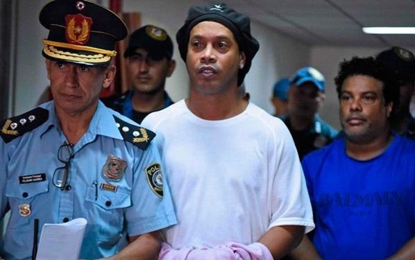 رونالدینیو در زندان، نجاری فرامی گیرد