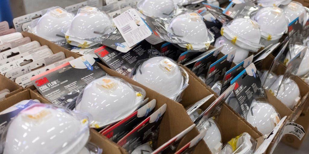 خبرنگاران وزارت صنعت 700 هزار ماسک تحویل مازندران داد