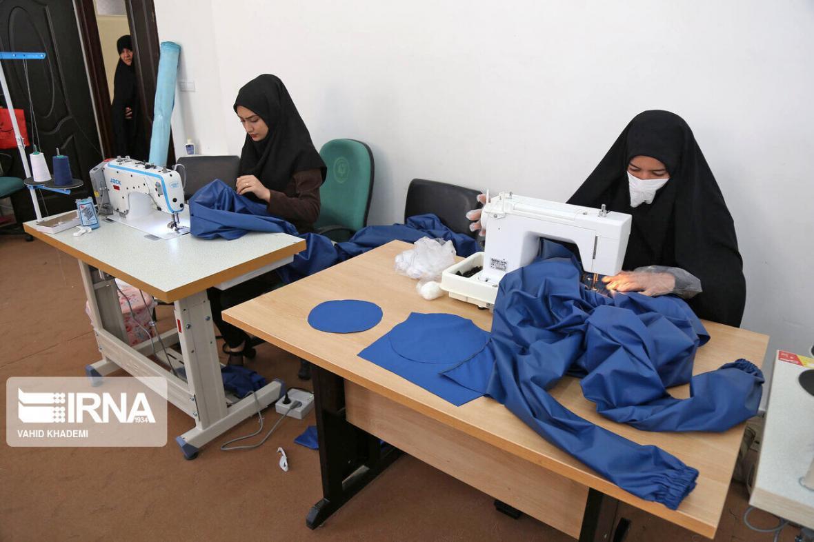 خبرنگاران گروه های همیار شهرستان البرز روزانه 200 عدد لباس ضد کرونا فراوری می نمایند