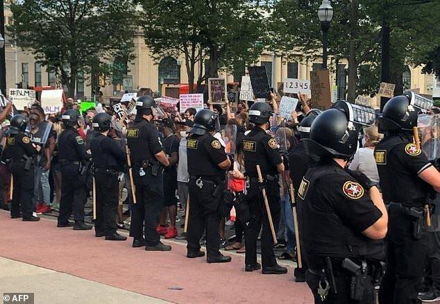 تظاهرات در ویسکانسین آمریکا بعد از شلیک پلیس به مردی سیاه پوست