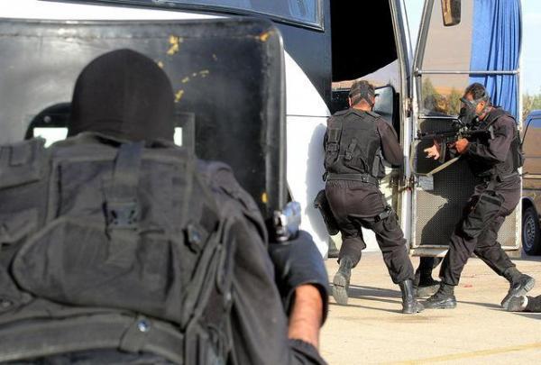 گروگان گیری در قم، قاتل در اتوبوس به محاصره درآمده است