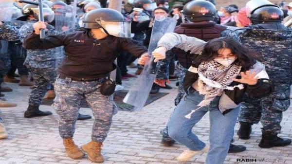 درگیری بین نیروهای امنیتی و دانشجویان لبنانی مقابل دانشگاه آمریکایی